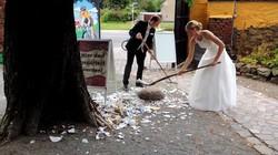 Tập tục lạ ở Đức: Đập càng nhiều chén đĩa, cặp đôi càng hạnh phúc