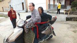 TQ: Chở mẹ già tới nơi làm việc hằng ngày để chăm sóc