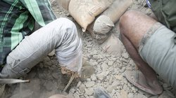 """""""Chạy đua"""" tìm kiếm người Việt sau động đất kinh hoàng tại Nepal"""