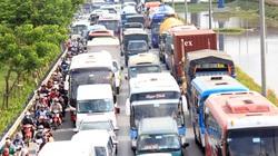 Người dân ùn ùn rời Sài Gòn về quê, cửa ngõ phía Tây kẹt cứng