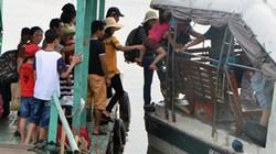 """Quảng Ninh: Liều lĩnh bế cả trẻ con """"đi tắt"""" lên tàu thủy"""