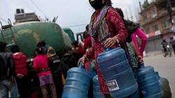 """Nepal: Dân đói khát, núi hàng cứu trợ vẫn """"ách"""" tại sân bay"""