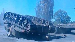 """Video: Xe tăng Nga """"chổng vó"""" khi trèo lên xe tải"""