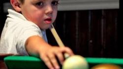 Video: Thần đồng 5 tuổi chơi bi-a siêu đẳng