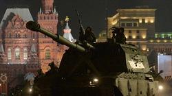 """Xe tăng Nga rầm rập diễu qua """"Nhà Trắng"""""""