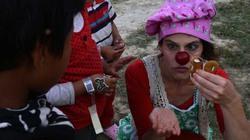 Những chú hề xoa dịu nỗi đau cho nạn nhân động đất Nepal