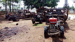 Bắt giữ 6 xe chở gỗ, dân tưới xăng đòi đốt