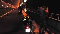 Nguy hiểm khi ngồi hóng gió, tâm sự trên cầu Thăng Long