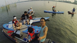 Giới trẻ Hà thành lướt ván hồ Tây giải nhiệt