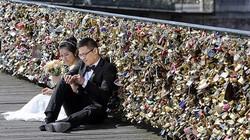 """Pháp khai tử 700.000 """"khóa tình yêu"""" vì ô nhiễm"""