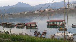 Xóm chài bên sông Đà