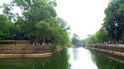 Đẹp dịu êm dòng nước xanh nơi thành cổ…