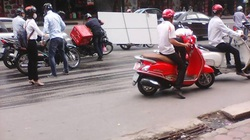 """Hà Nội: Xe cứu hộ khiến hàng chục xe máy """"vồ ếch"""""""