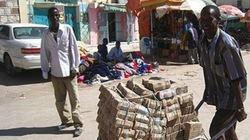 Zimbabwe đổi 35 triệu tỷ đôla nội tệ lấy 1 USD