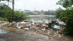 Rác thải đổ bừa bãi ở bờ hồ giữa khu đô thị