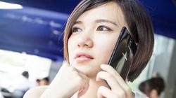 Hotgirl dịu dàng bên smartphone giá rẻ