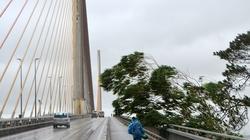 Ảnh: Liều lĩnh băng qua cầu Bãi Cháy lúc gió mạnh cấp 8