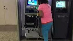 """TQ: Bị nuốt thẻ, cô gái dùng tay """"xé xác"""" máy ATM"""