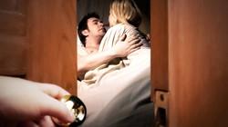 Biết chắc vợ ngoại tình, có nên bắt quả tang?