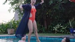 Mỹ Duyên diện bikini đứng trên nước dạy kungfu