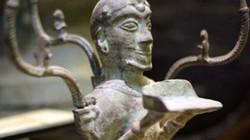 Cận cảnh cây đèn cổ hình người quỳ 2.000 năm của người Việt