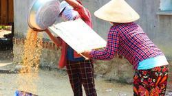 """Cách lọc bụi và lúa lép """"tự chế"""" của nông dân vùng không điện"""