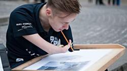 Chàng họa sĩ cụt tay Ba Lan với 700 bức vẽ tài hoa