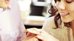 Bạn có biết vì sao nhẫn đính hôn được đeo ở tay trái?