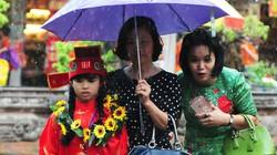 Sĩ tử nhí lều chõng đội mưa đi thi Trạng nguyên
