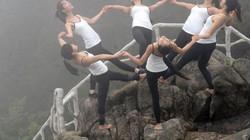 TQ: 6 thiếu nữ xinh đẹp tập yoga chênh vênh bên vực núi