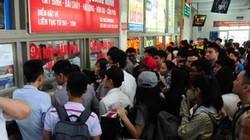 Xếp hàng cả tiếng đồng hồ mua vé rời Thủ đô nghỉ lễ