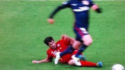 """Trọng tài đã """"tưởng tượng"""" ra quả penalty cho Torres?"""