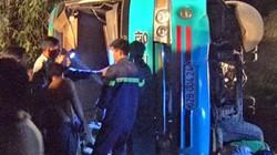 Xe chở công nhân lộn vòng trong đêm tối, 19 người thương vong