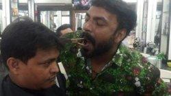 Chàng trai Ấn Độ trổ tài cắt tóc bằng miệng