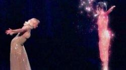 Fan vỡ òa với màn song ca của Christina với diva quá cố