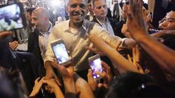 Clip: Ông Obama nồng nhiệt bắt tay người dân HN sau khi ăn bún chả