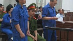 Cựu đại biểu Quốc hội Châu Thị Thu Nga né tránh máy ảnh khi ra tòa