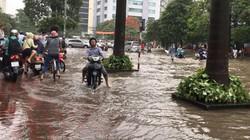 """Hà Nội: Xe máy, ô tô """"chết gí"""" giữa đường vì ngập sâu đến đùi"""