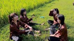 Học sinh hóa thân thành nông dân với áo bà ba, nón lá