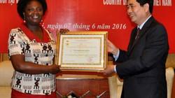 Bộ NNPTNT trao kỉ niệm chương cho Giám đốc WB tại Việt Nam