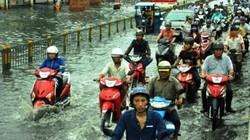 Sóng cuồn cuộn trên phố Sài Gòn sau cơn mưa 20 phút