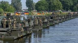 """NATO xây cầu bộ binh dài nhất thế giới """"dọa"""" Nga"""