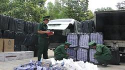 Con buôn vứt xe tải chở đầy hàng lậu để chạy thoát thân