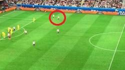 Neuer lên tận giữa sân trong tình huống Mustafi ghi bàn