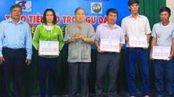 Trao 200 triệu đồng cho ngư dân Bình Định gặp nạn trên biển