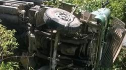 Xe tải lật xuống vực, tài xế tử vong trong cabin
