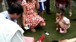 Chồng cắt cổ vợ vì cãi nhau ngay trước cổng trường con