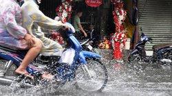 Mưa trái mùa, người SG tổ chức lễ cưới trong nước ngập