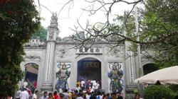 Du khách nườm nượp đổ về Đền Hùng dịp giỗ Tổ