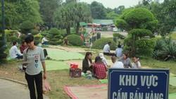 Du khách thả tiền lẻ, trải chiếu nghỉ tại cổng chính Đền Hùng